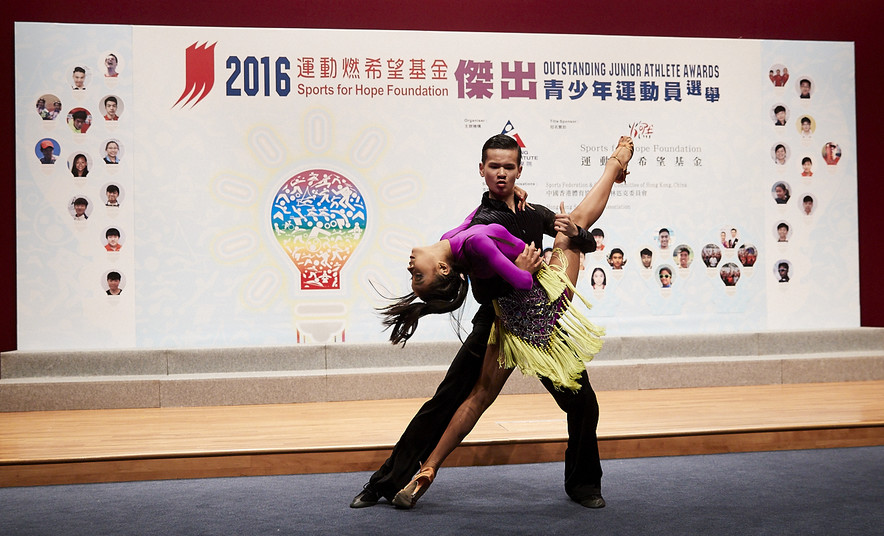 <p>At the presentation ceremony, awardees Jerry Lee (left) and Sin Kam-ho (right) demonstrated dance sports.</p>