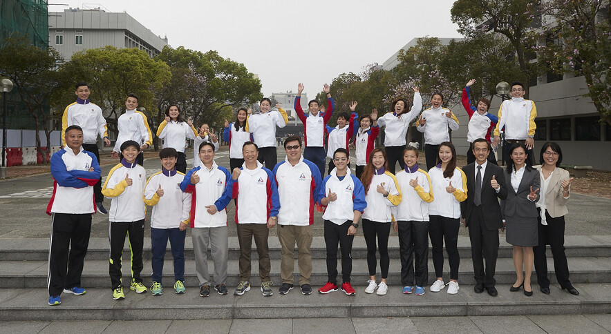 <p>Guests, coaches and Hong Kong athletes pose for a group photo.</p>