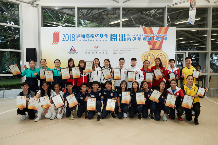 <p>The 2<sup>nd</sup> quarter presentation ceremony of the Sports for Hope Foundation Outstanding Junior Athlete Awards 2018 was concluded successfully. The award winners included (back row, from left): Lee Ka-yee, Chau Wing-sze and Wong Chin-yau (Table Tennis), Cheng Cheuk-kwan and Leung Wing-wun (Rowing), Hsieh Sin-yan and Christelle Joy Ko (Fencing), Li Chi-kong and Tang Yu-hin (Karatedo), Wong Hoi-ki and Sheena Jade Masuda Karrasch (Tennis) , (Front row, from 4<sup>th</sup> left) Yam Tsz-hong, Yam Tsz-kin, Ng Hau-pak, Yuen Po-yi, Ng Yuen-ying, Chan Wing-yin, Chen Sze-ki and Lam Wing-ka (Korfball) and Chan Sin-yuk (Squash). Law Pak-ki (Squash) (back row, 2<sup>nd</sup> right), Cheuk Ming-ho (Swimming) (back row, 1<sup>st</sup> right), and Chang Yujuan (Swimming) (front row, 1<sup>st</sup> right) were awarded the Certificate of Merit; and Chan Cheuk-ying (front row, 3<sup>rd</sup> left) and Law Ying-tung (Finswimming) (front row, 2<sup>nd</sup> left), and Yu Chuen-yiu (Karting) (front row, 1<sup>st</sup> left) were presented with the Certificate of Appreciation.</p>