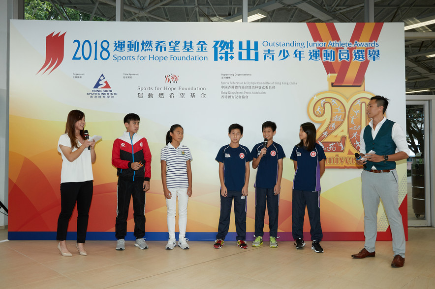 <p>A group of athletes aged at 12 and 13 including (from left) Law Pak-ki (Squash), Chan Cheuk-ying (Finswimming) and Yam Tsz-kin, Yam Tsz-hong and Chan Wing-yin (Korfball) shared their feelings of being awarded.</p>