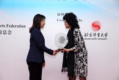 Ms Vivien Lau Chiang-chu BBS JP (right), Chairman of Hong Kong Coaching Committee and Ms Cao Hui (left), Deputy Director of General Administration of Sport of China warmly greeted each other and exchanged souvenirs.