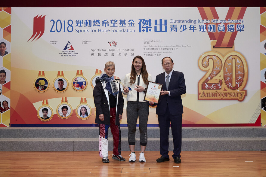 <p>Miss Marie-Christine Lee, Founder of the Sports for Hope Foundation (left) and Mr Pui Kwan-kay SBS MH, Vice-President of the Sports Federation & Olympic Committee of Hong Kong, China (right), presented trophy and certificate to the winner of the Most Outstanding Junior Athlete Award and Most Promising Junior Athlete Award of 2018 – Hsieh Sin-yan (middle).</p>