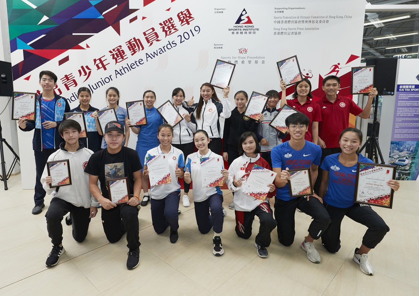 <p>The 2<sup>nd</sup> quarter Presentation Ceremony of the Outstanding Junior Athlete Awards 2019 was concluded successfully. The award winners included (2<sup>nd</sup> row from the left): Yiu Kwan-to and Hui Wai (Table Tennis); Cheng Sin-yan (Badminton); Chan Sin-yuk (Squash); Sophia Wu and Hsieh Sin-yan (Fencing); Chow Hiu-yau (Skating); Lee Sze-wing (Cycling); Chan Yui-lam and Chan Long-tin (Swimming – Hong Kong Sports Association for Persons with Intellectual Disability); and Leung Wing-hei (Athletics) (1<sup>st</sup> row – 1<sup>st</sup> from the right). Tang Yu-hin (Karatedo) (1<sup>st</sup> row – 1<sup>st</sup> from the left), Lee Fu-kwan (Kart) (1<sup>st</sup> row – 2<sup>nd</sup> from the left) and Cheung Siu-hang (Athletics) (1<sup>st</sup> row – 2<sup>nd</sup> from the right) were awarded the Certificate of Merit. Pleroma Wong and Inukai Aru (Gymnastics) (1<sup>st</sup> row – 3<sup>rd</sup> and 4<sup>th</sup> from the left) and Jessica Loo (Roller Sports) (1<sup>st</sup> row – 3<sup>rd</sup> from the right) were presented with the Certificate of Appreciation.</p>
