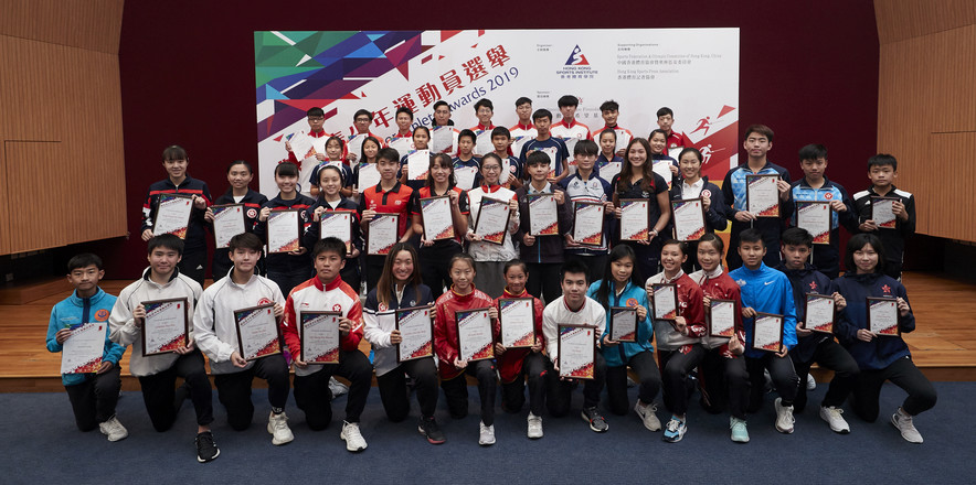 <div> <p>The 3<sup>rd</sup> quarter Presentation Ceremony of the Outstanding Junior Athlete Awards 2019 was concluded successfully. The award winners including (1<sup>st</sup> row, 2<sup>nd</sup> from left): Cheng Hui-pan and Tang Yu-hin (Karatedo); Lee Mang-hin and Leung Chui-kei (Tennis); Nicole He and Tsang Cho-kiu (Wushu) and Fu Huan (Billiard Sports); (2<sup>nd</sup> row from left): Fung Ching-hei, Chan Sin-yuk, Lee Sum-yuet and Wong Po-yui (Squash); Yip Tak-long and Lo Cheuk-yat (Triathlon); Man Wing (Orienteering); Wong Cheuk-nam (Mountaineering); Chu Tsun-wai (Cycling); Florence Symonds (Rugby); Samantha Chan (Equestrian) and Yiu Kwan-to and Chan Ho-wah (Table Tennis) took picture together with the awardees of Certificate of Merit and Certificate of Appreciation.</p> </div>