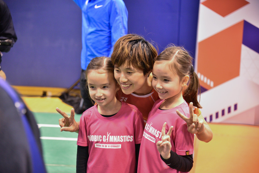 <p>Badminton player Yip Pui-yin took pictures with the public.</p>