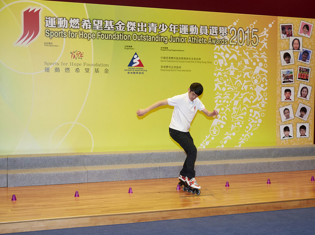 At the presentation ceremony, one of the awardees Chan Man-fung demonstrates speed slalom technique and earns a big round of applause from the audience.
