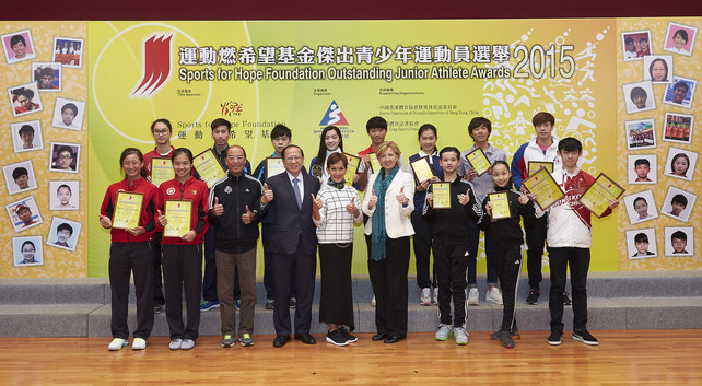 The Sports for Hope Foundation Outstanding Junior Athlete Awards Presentation for 4th quarter 2015 was successfully held at the HKSI.  The officiating guests include Dr Trisha Leahy BBS, Chief Executive of the HKSI (4th  right, front row); Mr Pui Kwan-kay BBS MH, Vice-President of the Sports Federation & Olympic Committee of Hong Kong, China (4th left, front row) and Mr Chu Hoi-kun, Chairman of the Hong Kong Sports Press Association (3rd left, front row), and Miss Marie-Christine Lee, Founder of the Sports for Hope Foundation (centre, front row) express their congratulation to all recipients.