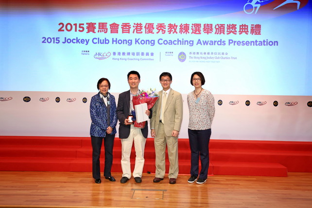 Table tennis coach Chan Kong-wah was awarded the Distinguished Services Awards for Coaching in recognition of his unremitting services to the sport for more than 20 years. Mr Tony Yue MH JP, Chairman of the Elite Sports Committee and representatives from the Hong Kong Table Tennis Association congratulated him on the spot.