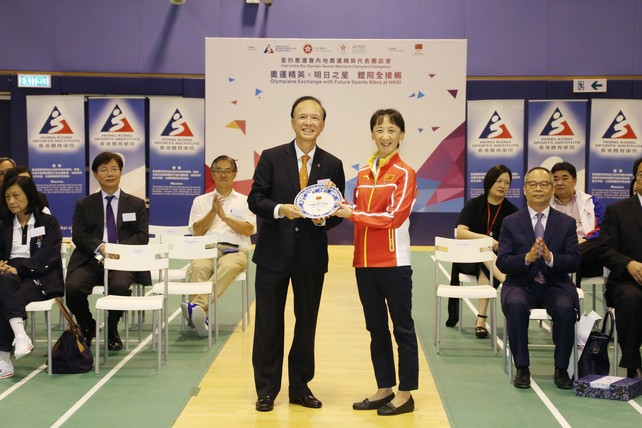 "Ms Song Keqin, Deputy General Director of the External Affairs Department of the General Administration of Sport of China (right), presents a souvenir to Mr Matthias Li (left), Vice-Chairman of the Hong Kong Sports Institute at today's ""Visit of the Rio Olympic Games Mainland Olympians Delegation - Olympians Exchange with Future Sports Stars at HKSI"" event."