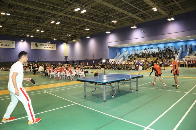 Mainland Olympian Xu Xin (left) plays a game of table tennis with Hong Kong junior athletes during the sports interacting session.