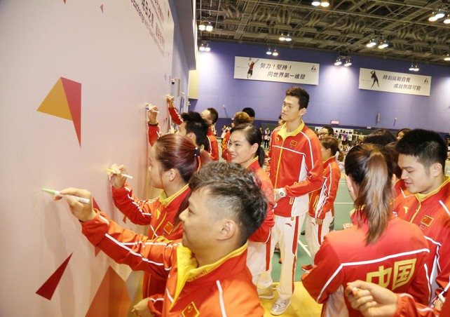 The Mainland Olympians write encouraging messages on the backdrop to deliver their best wishes to Hong Kong athletes and the community.