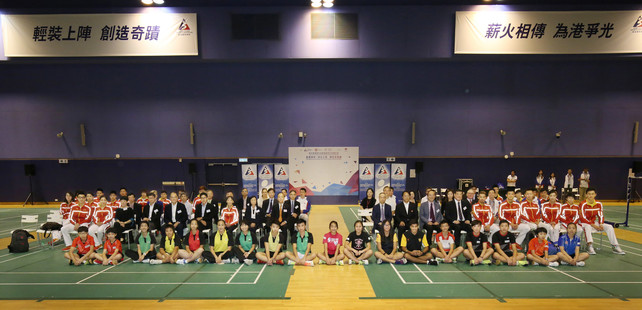 Officiating guests Mr Lau Kong-wah JP (2nd row, 10th from right), Secretary for Home Affairs, and Mr Matthias Li (2nd row, 9th from left), Vice-Chairman of the Hong Kong Sports Institute, take a group photo with the visiting Mainland Olympians Delegation, as well as other guests, local junior athletes and students who participated in the sports interacting sessions.
