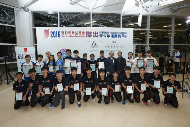 The Sports for Hope Foundation Outstanding Junior Athlete Awards Presentation for 3rd quarter 2016 was successfully held at the Hong Kong Sports Institute (HKSI).  The officiating guests included Dr Trisha Leahy BBS, Chief Executive of the HKSI (1st left, back row); Mr Pui Kwan-kay SBS, Vice-President of the Sports Federation & Olympic Committee of Hong Kong, China (5th right, 2nd row); Mr Chu Hoi-kun, Chairman of the Hong Kong Sports Press Association (4th right, 2nd row) and Miss Marie-Christine Lee, founder of the Sports For Hope Foundation (7th left, 2nd row) take a group photo with the awardees.
