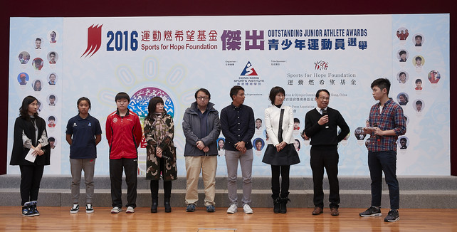 In the sharing session, windsurfer Mak Cheuk-wing (2nd left) and paddler Mak Tze-wing (3rd left) expressed their gratitude to their family (4th & 5th left), coaches and school, for their relentless support.  Former elite athletes, Cheng Kwok-fai, Assistant Windsurfing Coach (4th right) and Ms Chan Tan-lui, Executive Committee Member of the Hong Kong Table Tennis Association (3rd right) joined Mr Wong Kwong-wai, Principal of Lam Tai Fai College (2nd right), to encourage young athletes to pursue their sporting dreams.