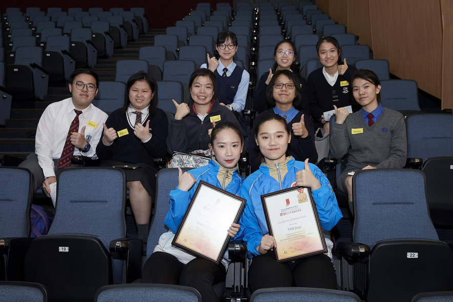Wushu athletes Debbie Yeung (front row, left) and Tan Jiayi (front row, right), winners of the 4<sup>th</sup> Quarter of the Sports for Hope Foundation Outstanding Junior Athlete Awards, took a group photo with student reporters after interview.
