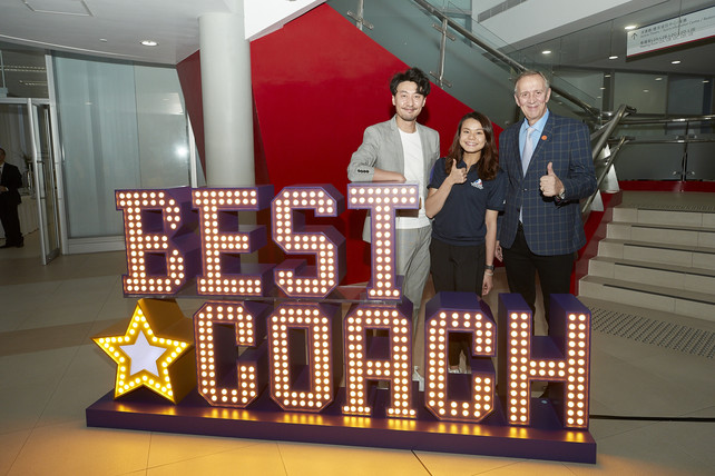"The officiating guests and coaches captured memorable moments of the event by taking photos at the giant standee of ""Best Coach""."