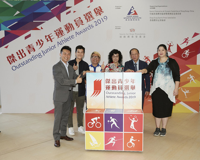 Mr Pui Kwan-kay SBS MH (2<sup>nd</sup> from right) and Ms Vivien Lau BBS JP (3<sup>rd</sup> from right), Vice-Presidents of the Sports Federation & Olympic Committee of Hong Kong, China; Ms Anna Qin (1<sup>st</sup> from right), Executive Member of Sports for Hope Foundation; Mr Raymond Chiu (3<sup>rd</sup> from left) and Miss Chui Wai-wah (2<sup>nd</sup> from left), Vice Chairmen of the Hong Kong Sports Press Association; and Mr Ron Lee, Director of Community Relations and Marketing of the HKSI (1<sup>st</sup> from left) officiated the kick-off ceremony to celebrate the start of the 2019 award cycle.