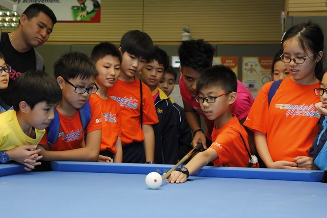 Billiard Sports athlete Robbie Capito led the teachers and students on a tour around the HKSI, and taught them some basic techniques of his sport.