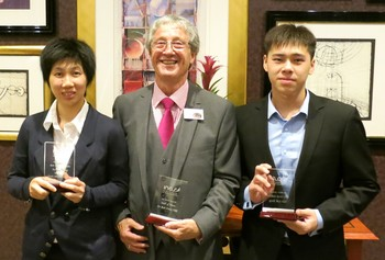 黃家汶(左)和鄧韋樂(右)早前往英國領獎 Wong Ka-man (left) and Tang Wai-lok (right) receive the INAS awards